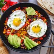 Sadzone jajka z papryką, fasolą i awokado (Uova con peperoni, fagioli e avocado)