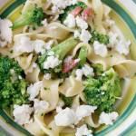 Makaron z brokułami, boczkiem i feta