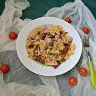 Makaron z tuńczykiem ,suszonymi pomidorami i zielonym groszkiem