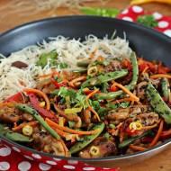 Stir fry z polędwicy wieprzowej z makaronem ryżowym