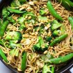Zielone spaghetti w sosie sezamowym