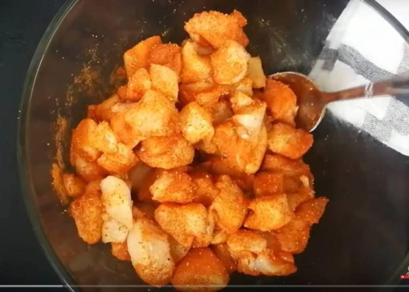 Sałatka z kurczaka, makaronu i pieczarek