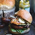 Soczysty vege burger z halloumi na przedwiośnie i domowe bułki