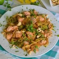 Tagliatelle z łososiem w azjatyckich smakach