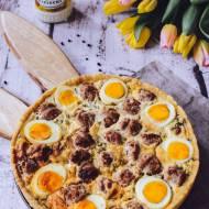 Tarta wielkanocna z jajkami i białą kiełbasą