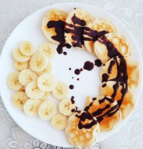 Proteinowe pancakes z polewą czekoladową i bananem