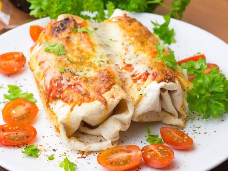 Zapiekana tortilla z kurczakiem, czerwoną fasolą i papryką
