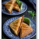 Zapiekane kanapki z chleba tostowego z serem, chorizo i awokado