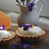 Z ŁĄKI N TALERZ: Pomarańczowe babeczki z fiołkami i miodem