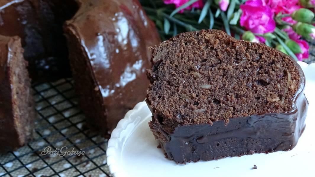 Babka z daktylami w czekoladowej polewie