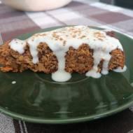 Ciasto marchewkowe bez cukru z sosem jogurtowym