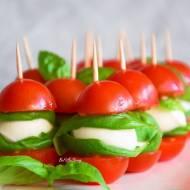 Koreczki z pomidorków, mozzarelli i bazylii