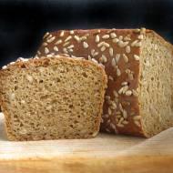 Prosty chleb żytni z melasą i prażonym słonecznikiem