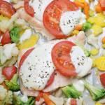 Łosoś caprese z warzywami