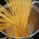 Makaron spaghetti z krewetkami w sosie pomidorowym