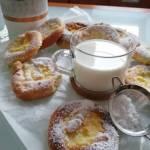 Okrągłe drożdżówki z serem
