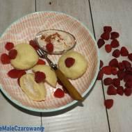 Knedle z serem, jabłkiem i malinami
