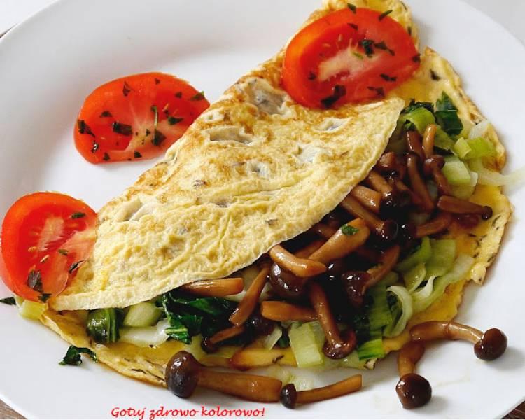 Omlet z grzybami shimeji i pok-choi