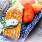 Pieczony łosoś z sosem chrzanowym i pieczonymi warzywami