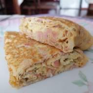 Rolowany omlet z szynką i cebulką