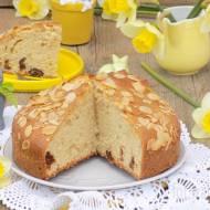 Wielkanocne ciasto z daktylami i płatkami migdałowymi