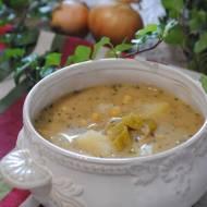 Zupa cebulowa na winie z jabłkami i ciecierzycą