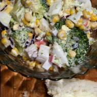 Sałatka brokułowa z paluszkami surimi