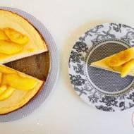 Sernik na kruchym cieście cynamonowym, z syropem klonowym oraz na górze karmelizowane jabłka również w syropie klonowym