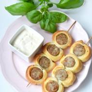 Szaszłyki z białej kiełbasy w cieście francuskim