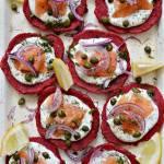 Buraczane placuszki z łososiem i kaparami - bez glutenu
