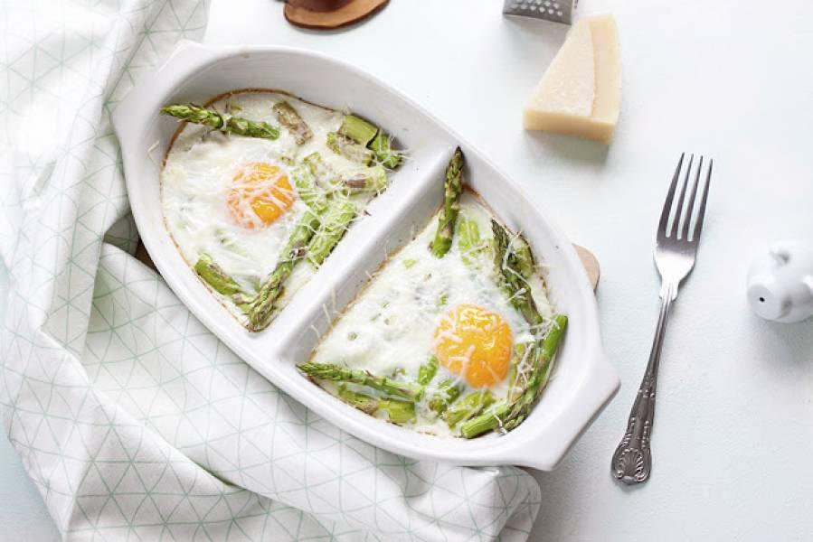 Jajka zapiekane na szparagach