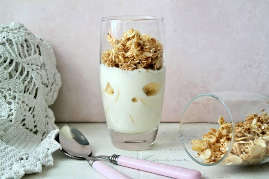Deser jogurtowy z chrupiącymi płatkami owsianymi