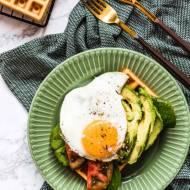 Bezglutenowe gofry jaglane z awokado i jajkiem sadzonym  – wytrawne gofry na śniadanie