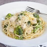 Talerz pysznego spaghetti z kurczakiem i brokułami w mniej niż 20 minut. Będziesz zachwycona. PRZEPIS