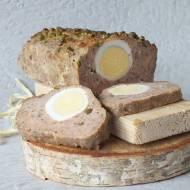 Wieprzowo-wołowy klops z jajkiem i groszkiem