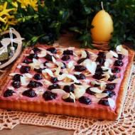Mazurek z konfiturą wiśniową, czereśniami i chrupką czekoladową