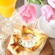 Zapiekane jajka w cieście francuskim.