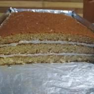 Ciasto miodowe przekładane kwaśną śmietaną