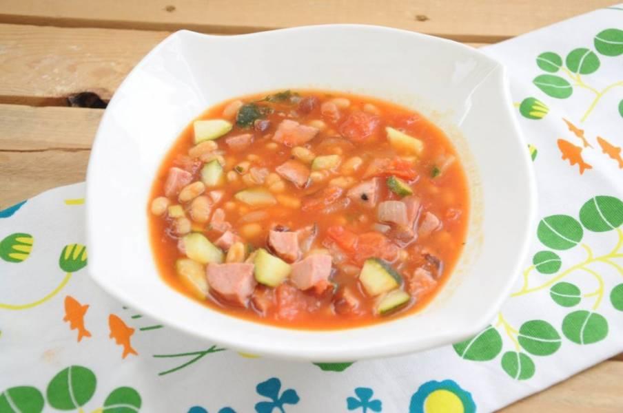 Fasolka z cukinią i kiełbasą w pomidorach