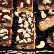 Batoniki z masła orzechowego (Peanut butter bars) z ciasteczkami w czekoladzie i orzechami nerkowca