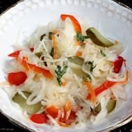 Surówka z kiszonej kapusty z ogórkiem konserwowym i marynowaną papryką
