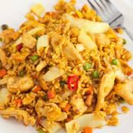 """Ryż smażony z kurczakiem i jajkiem jak u """"Chińczyka"""". PRZEPIS krok po kroku"""