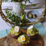 Zielone muffiny z kremem z groszku i jajkiem