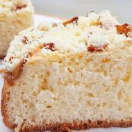 Ciasto drożdżowe z karmelizowanymi jabłkami i kruszonką