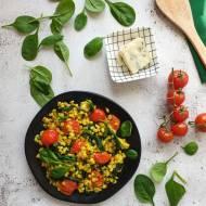 Kasza pęczak ze szpinakiem, pomidorami i serem pleśniowym