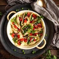 Warzywna sałatka w makaronowych muszelkach
