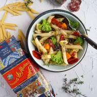 Makaronowa sałatka z dojrzewającą kiełbasą i serami