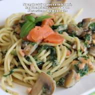 Spaghetti z pieczarkami, szpinakiem i wędzonym łososiem