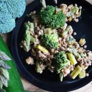 Brązowa soczewica z zielonymi warzywami, wegańskie pełnowartościowe danie.