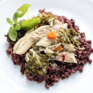 Czarny ryż z kurczakiem i jarmużem